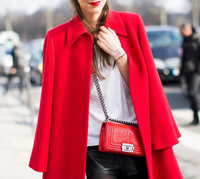 Ιδιο χρώμα χείλι, τσάντα, παλτό
