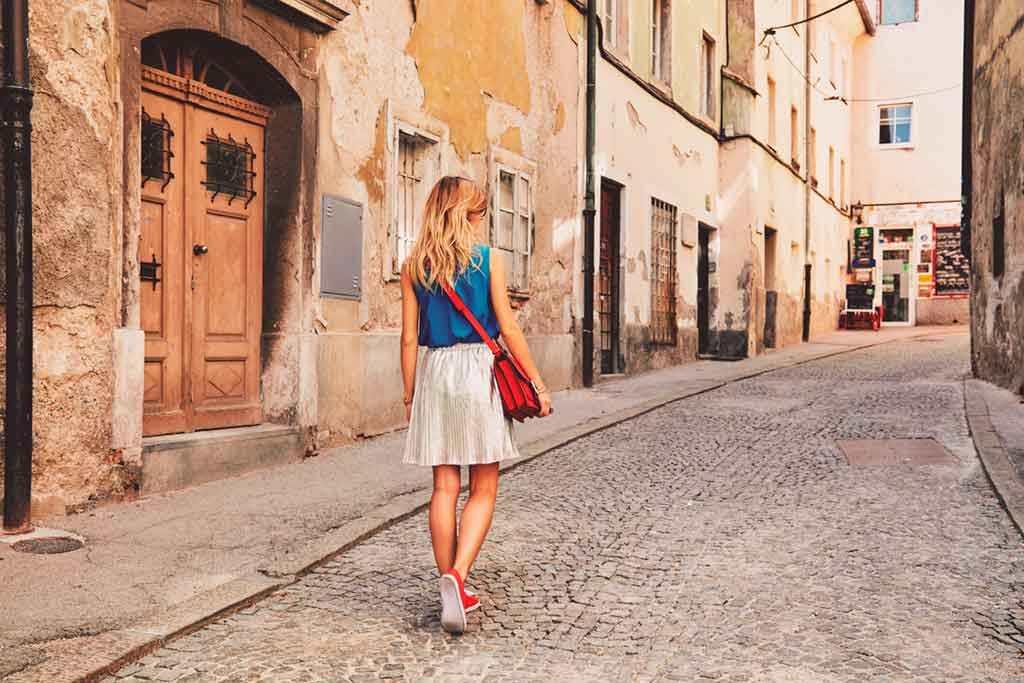 Πώς να επιλέξετε την κατάλληλη τσάντα για τις ανοιξιάτικες και καλοκαιρινές σας αποδράσεις